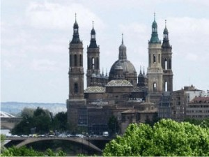 Basílica de Zaragoza as margens do rio Ebro - Espanha.