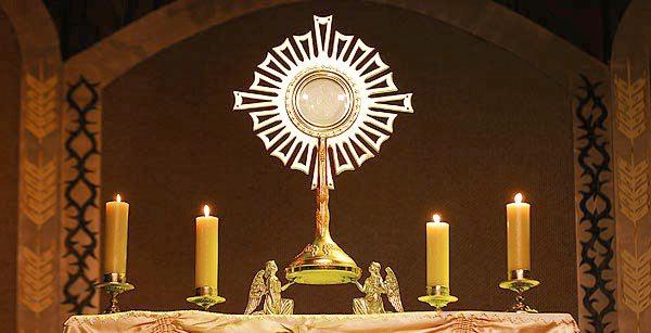 Ostensório com o Santíssimo Sacramento à adoração