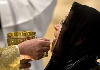 A Sagrada Eucaristia é o Sacramento mais importante; comungar mal é profanar o Divino Corpo de Cristo.