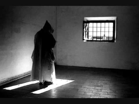 monge praticando penitencia