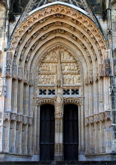 Portal de São Guilherme na catedral de Bourges. O ódio revolucionário decapitou a imagem de um santo tão equilibrado. No fato se apalpa a diferença do espírito medieval com a dureza moderna