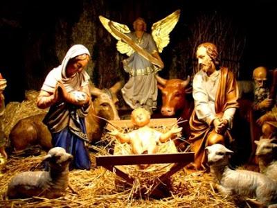 Nossa Senhora, São José contemplando junto do anjo a face do Menino Jesus.