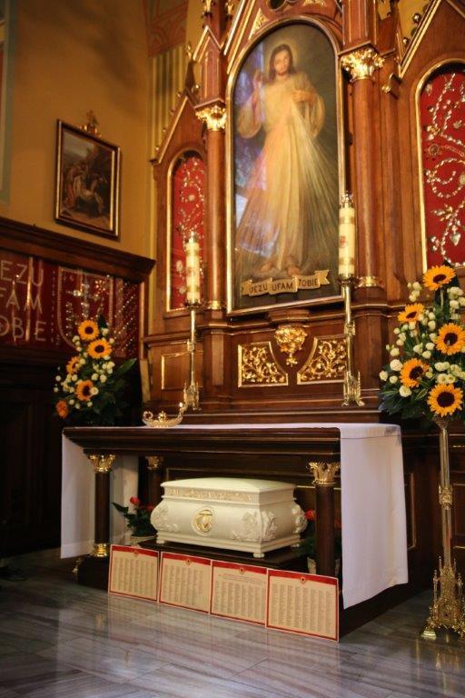 Nomes dos doadores em frente às Relíquias de Santa Faustina