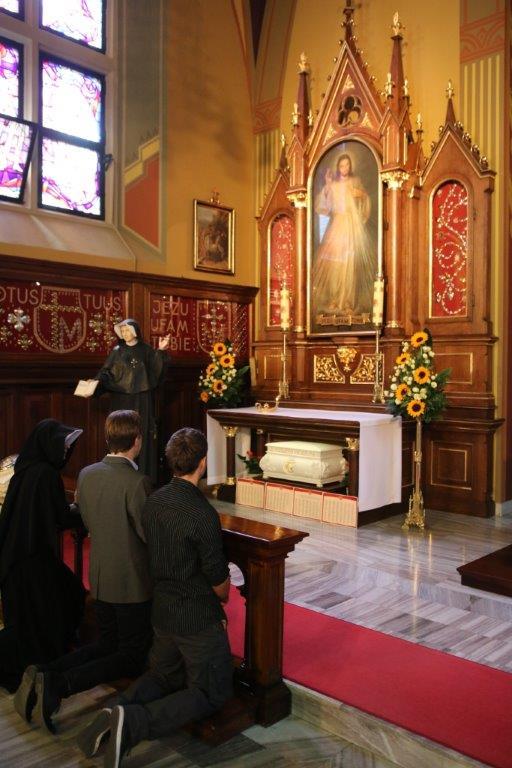 Orações em frente a Jesus Misericordioso, na Capela da Divina Misericórdia
