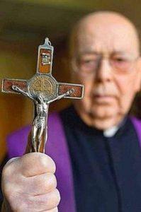 Padre Gabriele Amorth possuía o costume de utilizar a medalha de São Bento embutida na Cruz.