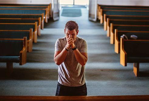Pessoa rezando
