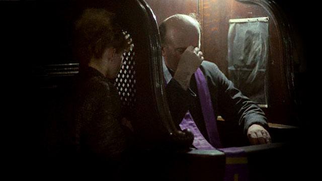 Os Benefícios da Confissão - Imagem com uma mulher se confessando com o Padre